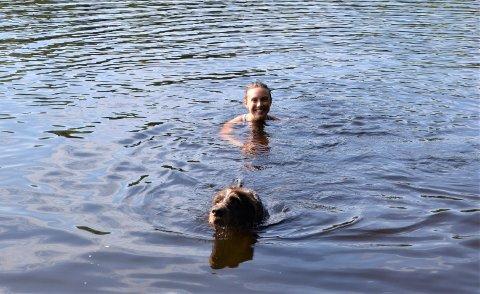 FØLGESVENNER: Hanna Aarstad (20) og Ludo (7) fra Nordstrand koser seg i Ulsrudvannet etter en løpetur til Haukåsen.