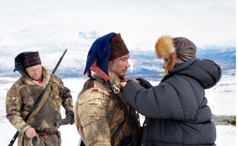 CASTING OG KOSTYMER: Nina Erdahl har ansvar for casting samt design av samiske kostymer. Her er hun med Aslak Mathis Gaup og Petter Lukkari, som spiller to av Baalsruds viktigste hjelpere, brødrene Aslak og Per Thomas Baal