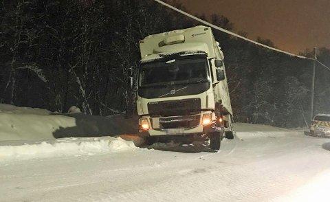 TRØBBEL PÅ GLATTA: En sjåfør fikk problemer på det glatte føret. Traileren havnet godt ned i grøfta på Heilovegen på Langnes.