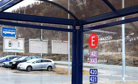 UTVIDER: Parkeringsplassen ved busstoppet på Eidkjosen skal bli dobbelt så stor.