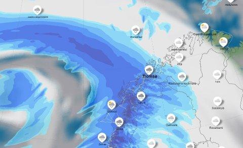 PÅ VEI: Et kraftig lavtrykk kommer inn fra Island. Det er ventet å treffe Troms torsdag og vil føre til snø, regn og liten storm