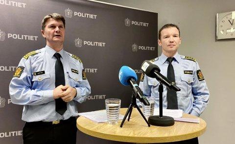 HOLDT PRESSEKONFERANSE: Politistasjonssjef Frank Sletten i Harstad og politiinspektør Yngve Myrvoll under en pressekonferanse i Harstad torsdag. Foto: Lars Richard Olsen, iHarstad
