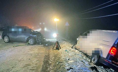 I tett tåke frontkolliderte disse to bilene. Alle de involverte er sendt til legevakt for sjekk. Foto: JON HENRIK LARSEN, SALANGEN-NYHETER.COM