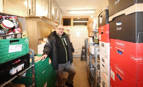 FLYTTER UT: Geir-Arne Nordstrand i Tromsø matsentral har brukt kjøkkenet på gamle Mortensnes sykehjem til lager for tonnevis med matvarer. Nå tar Tromsø kommune over lokalene, og Matsentralen er på leiting etter nytt og større.