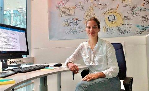 FORNØYD: Solveig Evensberget holder på med siste fase på sin master i statsvitenskap med tema fornybar energiomstilling i Norden ved UiT. Derfor er hun da også særdeles fornøyd med sommerjobben sin