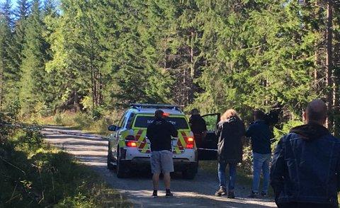 Stedet hvor mannen ble funnet er fortsatt avsperret. Flere medier er samlet utenfor sperrebåndene på Veståsen i Søndre Land mandag.