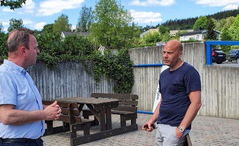 IKKE GLEM FYLKESVEIEN: Jens Kristian Ulsrud (til venstre) og Espen Nystuen Pettersen er klare på at fylkesvei 33 er svært viktig for virksomheten deres på Skreia.