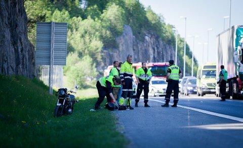 PÅ STEDET: Her ser du politiet og ambulansepersonell i aksjon etter MC-ulykken på E6 tidligere i ettermiddag.