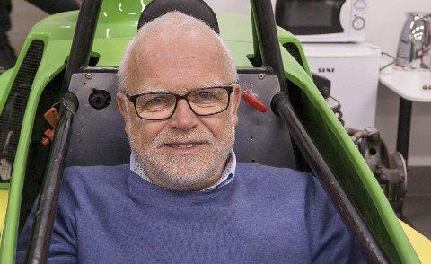 ENTUSIAST: Bård Bergsjø og en Formula Basic, formelklassen han selv eier. – Disse bilene er ikke lettkjørte, du skal ha hår på brøstet for å kunne håndtere en sånn racerbil.