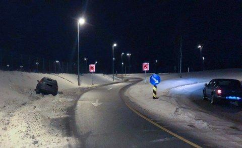 AV VEIEN: En stasjonsvogn står i grøften ved avkjøringen fra E6 mot Sofiemyr.