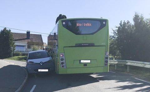 TRANGT: Når to kjøretøy møtes i en sving der Askehaugveien er på det smaleste, kan det fort bli for trangt. Dette skjedde mandag 31. august.