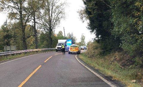 SVING: Politiet dirigerer trafikken forbi stedet hvor bilen kjørte av veien.