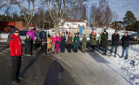 Julia Sakshaug og de andre foreldrene på skolen ønsker at kommunen bruker ytterligere tid på å avgjøre hva som skal være adkomstvei til Linås.