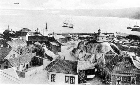 Utsikt fra Bøkkerfjellet Dette bildet - hentet fra et omlag 100 år gammelt postkort - viser Bøkkerfjellet med det gamle branntårnet og bebyggelsen rundt. Bildet er tatt ut over fjorden, hvor det ligger ei flott seilskute samt en del mindre frakteskuter.
