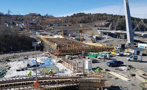 SKAL STØPE: Fotoet viser den nye firefelts Hammerdalen bru, som er klargjort for betongstøp. Ut til venstre ses den nye fv. 303 til/fra Larvik. Der bilene står kommer en stor rundkjøring som fordeler trafikken til/fra E18 nord ut til høyre, til/fra E18 sør og Brunlanesveien over Hammerdalen bru.