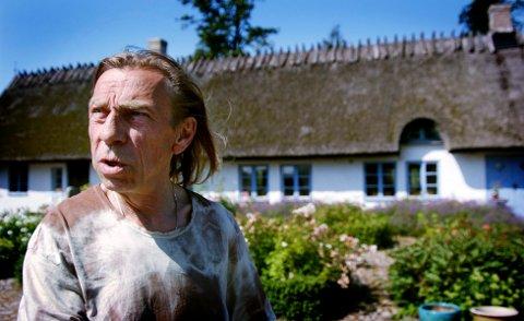 SELGER: Jan Teigen levde et tilbaketrukket liv på eiendommen man ser i bakgrunnen, nå forsøker datteren å selge den herskapelige Klockaregården.