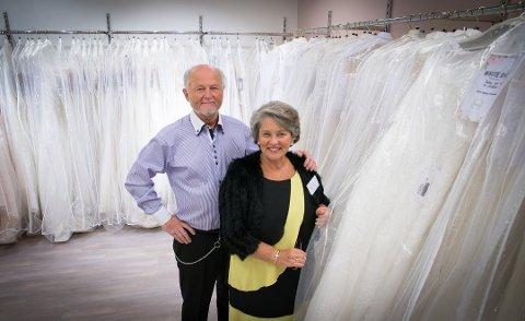 STORT UTVALG: Det er til enhver tid 500 kjoler på lager hos Inger-Lill og Gjermund. (Foto: Jo E. Brenden)