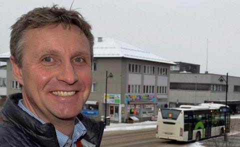 JULEGAVE: Nok et 10-kronerstilbud er julegaven fra Arne Fredheim og Hedmark Trafikk til busspassasjerene i Hedmark. (Foto: Bjørn-Frode Løvlund)