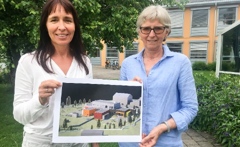 UTBYGGING: Styrer Iren Skyltbekk (til venstre) fra Ryli barnehage og Ingrid Bjørnstad fra Skøienhagan viser skissen av det som blir den nye sentrumsbarnehagen i Løten.