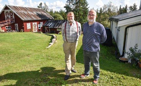 FARGERIKE VERTER: Trond Einar Solberg Indsetviken (til venstre) og Robert Khoury driver Natthagen på småbruket hjemme i Julussdalen.