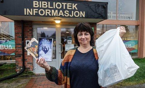 TAKE AWAY: Bøker på take away-basis er blitt populært, forteller May Eierholen ved biblioteket i Åsnes.