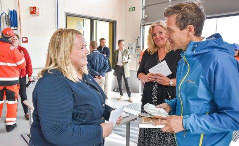 VEGPRAT: Samferdselsminister Knut Arild Hareide fikk et raskt møte med Løten-ordfører Marte Larsen Tønseth og Elverum-ordfører Lillian Skjærvik på den nye Ånestad kontrollstasjon.