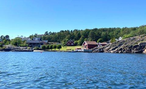 Buktaveien 31 i Årøysund, som her befinner seg til høyre i bildet,  er solgt for kr 19.250.000 fra Knut Bertrand Hansen til Klemma Invest As.