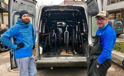 NY HVERDAG: – Jeg ser veldig frem til å få litt fri, forteller eier av sykkelbutikken Kranken i Storgata, Sondre Eklund-Larsen (t.h.). Her sammen med Thomas Fjeldstad.