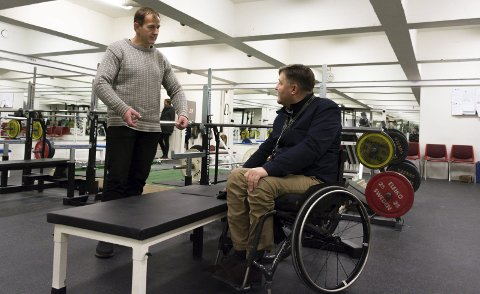 Tilpasset: Den nykjøpte benken er bredere og laget slik at rullestolbrukere enkelt skal komme seg fra stol til benk. Benken er laget etter internasjonale standarder og er godkjent for VM. Foto: Vegard Anders Skorpen