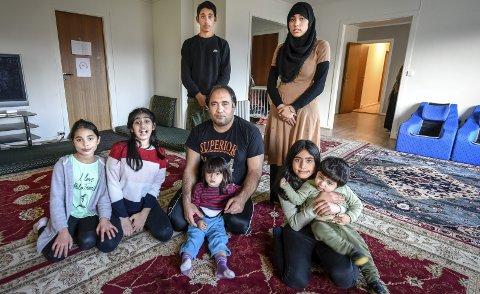 HÅPER: Familien Isakhel håper de får bli i landet som for dem er «hjemme». Bak fv.: Asem (14) og Shazia (17). Foran f.v. Safia (9), Mariam (10), Assad, Sanna (2) og Zakera (12) med Mohmmed (1) på fanget. Foto: Øyvind Bratt