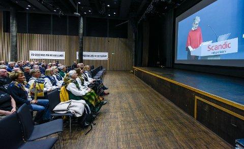 Interessentgrupper som politikere, bundadsgerilja, sykehusaksjonister, befolkning og pasienter var godt representert da styret i Helgelandssykehuset 28. november 2019 skulle ta stilling til ny sykehusstruktur. På storskjerm adm. dir. i Helgelandssykehuset, Hulda Gunnlaugsdottir.