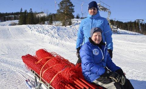 KLAR: Rana slalåmklubbs Kenneth Rabben (øverst) og Karsten Karlsen er i gang med å gjøre klart for Sol Cup del 2 i Skillevollen Alpinsenter kommende helg. Foto: Trond Isaksen