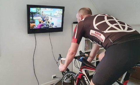 Frode Thomassen trener som normalt, og han trener sammen med andre. Hjelpemiddelet heter Zwift og der finnes det treningskamerater over hele verden. Lørdag ble det kjørt fellestrening sammen med 39 andre syklister i Nordland.