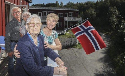 Audunn Johanne Johansen blir 106 år 28. august. Her sammen med barna Eva Thingstad, Ellinor Falck og Asbjørn Tarebø. Datteren Britt Engmark var ikke til stede da dette bildet ble tatt. Arkivfoto: Tom Melby