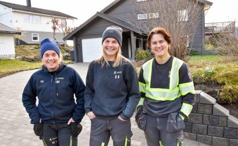 Marthe Iversen (f.v.), Elise Kråkstad og Kaja Hamland er alle lærlinger hos Tangen uteanlegg.