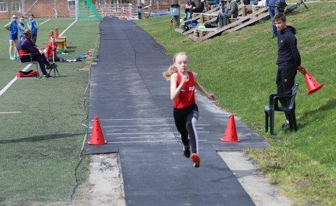Emilie Bjørkmo Aanonli (11) fra Rana friidrettsklubb i aksjon i tresteg.