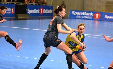 I ELITEN: Mia Svele har vært eliteseriespiller i to år allerede. Her går hun forbi verdensstjernene i Siofok under helgens kvartfinale i europacupen.