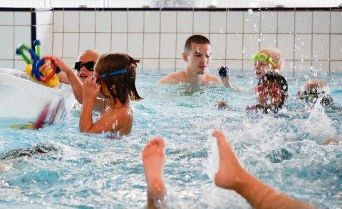De eldste barna i Hole kommunes barnehager har fått lære å bli trygge i vann og har trolig mye bedre sjanser til å klare den nye ferdighetsprøven. Her er barn og ansatte i Svensrud natur- og idrettsbarnehage.