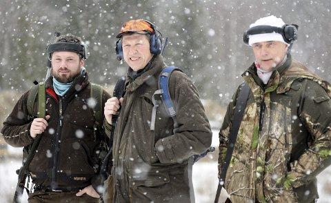Skyttere: Tore Hansen, Terje Nitschke og Eirik Ovnerud på standplass. Fylkesmesterskapet i jaktfelt trakk lørdag mer enn 220 skyttere til det flotte anlegget på Eggemoen.