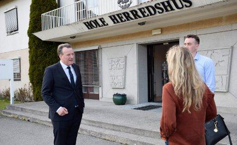 I RETTEN: Advokat Ole Hauge Bendiksen og Anne-Gry Ruud representerte Utstranda Vel i Ringerike tingrett.  Dag-Kjetil Holtane-Berge var også med da velforeningen tidligere i år la fram sin sak i Hole herredshus.