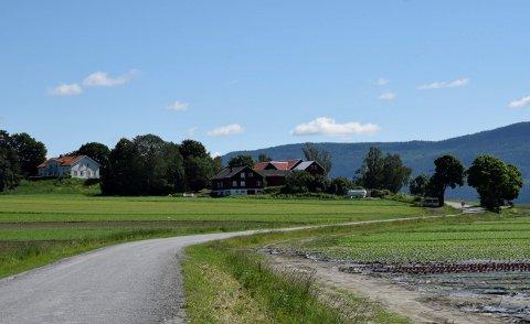 STORGÅRDER: Søndre Sørum er en av tre Sørum-gårder ved Steinssletta.