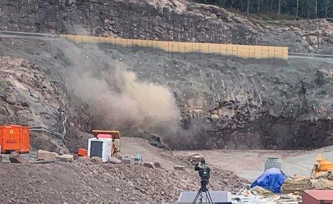 FØRSTE SALVE: Her smeller den første salven i Sollihøgdatunnelen. Nå er entreprenøren Skanska i gang med å sprenge seg under Sollihøgda.