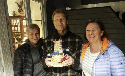 Takk for hjelp: Berit Midtgard og Lena Kjus  er begeistra for Rolf Ivar Langseth. – Han står på for oss og fortjener kransekake, sier damene  om den hjelpsomme naboen.