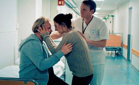 KRISE: Vanligheten etableres før alt snus på hodet. Jentas mor (Pia Tjelta), og etter hvert faren (Anders Baasmo Christiansen) holder på å forgå av frykt og forvirring. Foreldrenes avmakt og fortvilelse stilles opp mot sykehuspersonalets profesjonelle ro.