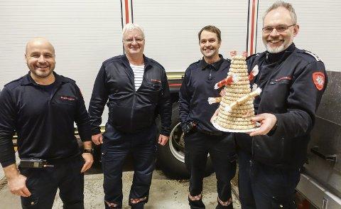 På tilbudssida: Gutta på brannstasjonen sier sjelden nei til å hjelpe.  Hågen Skipper, Ivar Bakstad, Ivar Lurås og Ken Espen Drager synes det er fint at innsatsen deres blir satt pris på.