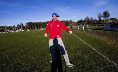 STORFORNØYD: Fredrik «Blaker'n» Larsen kunne endelig juble for sesongens første trepoenger i årets 4.divisjon. Her fra en seriekamp i 2015-sesongen.  Foto: Tom Gustavsen