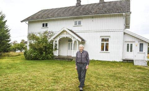 PRØVER IGJEN: Bedehuset har vært forsøkt solgt én gang tidligere. Nå er det omregulert, og selges som småbruk. Tore Østby håper på kjøpere som setter pris på historien i veggene. ALLE FOTO: ANNE ENGER MJÅLAND