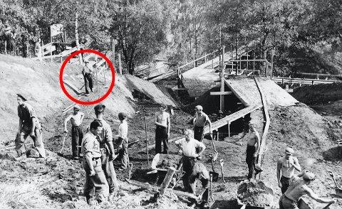 UTGRAVING: Bildet viser Karlsen og de andre ungdommene som fikk jobben med å grave ut Raknehaugen i 1939. Foto: Arkiv Sturlason