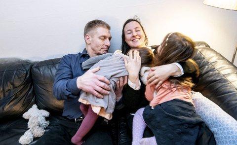 I drøyt halvannet år har de vært en familie på fire; Ken (45), Vibeke (32) og de to døtrene på snart fem og snart to år. Foto: Vidar Sandnes