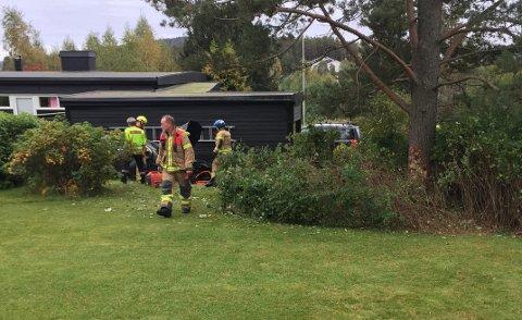 KJØRTE AV VEIEN: Sjåføren skal ha fått et illebefinnende før bilen havnet av veien og ned i en hage.